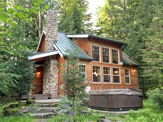 11MBR Family Cabin near Mt. Baker with a Private Hot Tub, Glacier