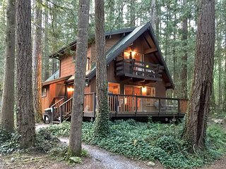 Glacier Springs Cabin #27 - A private 2-story pet-friendly cedar cabin! Wi-Fi!