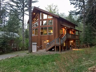 Glacier Springs Cabin #40 - A Pet-Friendly Cedar Cabin - Hot Tub! - Wi-Fi!