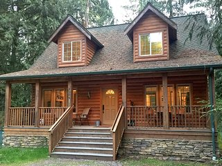 Glacier Springs Family Cabin #89- HOT TUB, FIREPLACE, WIFI*, PETS OK, BBQ, SLP-4