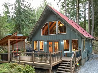 99MBR  Pet Friendly Cabin with a Hot Tub and WiFi, Glacier