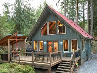 Mt. Baker Rim Cabin #99 - Charming Cabin with a hot tub, Wi-Fi, Pet Friendly!