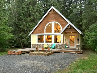 Snowline Cabin #1 - A perfect new contemporary family retreat with a hot tub!