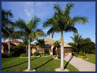 Superb luxury villa-Pool with amazing water features-4 bedrooms-Games room-Summer Kitchen, Cape Coral