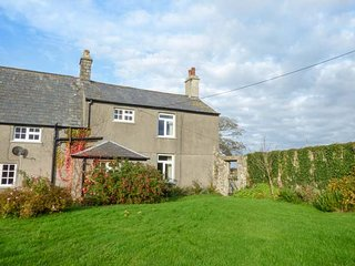 EAST MONKTON FARM, open fire, pet-friendly, private enclosed garden, Cowbridge
