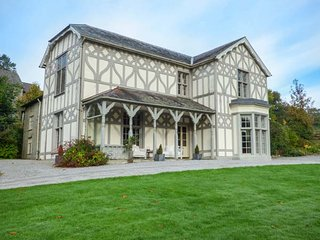 TREBURVAUGH HOUSE, Grade II listed house, open fires, woodburner, gardens and