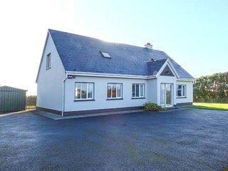 RINEMACKADERRIG, detached cottage, open fire, en-suite, lawned garden, in Carrigaholt, Ref 947809