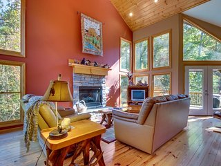 Spacious cabin w/ a game room, a firepit, & access to shared pool/tennis, Talking Rock