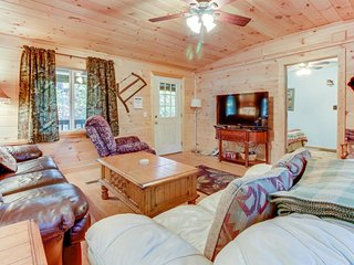 Secluded and spacious cottage with deck, private hot tub, plus yard & firepit, Ellijay