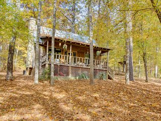 Charming, riverfront cottage with loft, deck, views & hot tub, Talking Rock