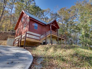 Luxurious waterfront log cabin w/ fish pond, deck, & access to shared pool!, Ellijay