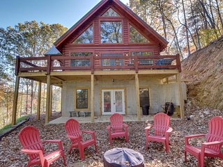 Luxurious upgraded log cabin w/ fish pond, deck, & access to shared pool!, Ellijay