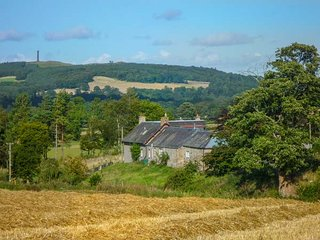 LANTONHALL WEST WING, stunning views, off road parking, WiFi, Jedburgh, Ref 9490
