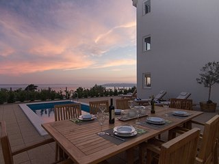 Vacation home with pool, gym and games room, Makarska