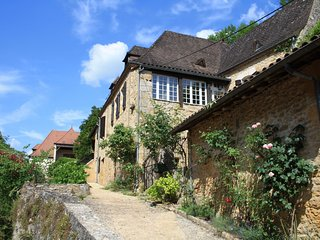 MAISON CHARLOTTE: LOVELY STONE PROPERTY SET IN BEYNAC WITH GARAGE AND *** VIEWS
