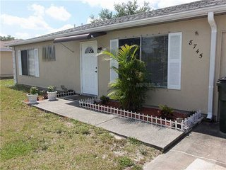 Steps away from Warm Mineral Springs - Three bedroom apartment in a large house, North Port