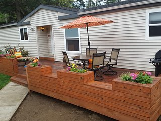 Single Level Home, Sleeps 6, Secure Pet & Child Friendly Yard. Covered Hot Tub!!