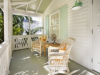 Lemonade Mermaid: Pet Friendly, Fenced Yard, Parking & Pool, Great Location, Key West