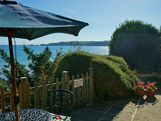 Beach Front Cottage - Spectacular Sea Views, Minute's Walk to the Beach