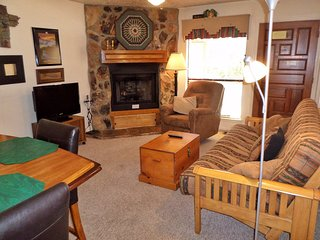 Valley Condos #107 - WiFi, Washer/Dryer, Community Hot Tubs, Playground, Creek, Red River