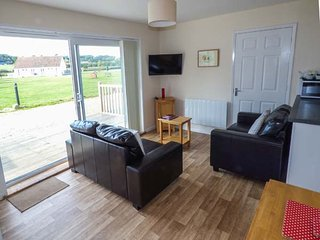 SALTERNS 2, pet-friendly properties, on-site bar and cafe, parking, next to natu