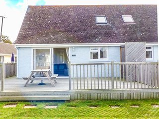 SALTERNS 3, pet-friendly holiday home, off road parking, bar on-site, next to nature reserve, in Seaview