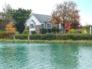 RIVERSIDE HOUSE, detached luxury property, all bedrooms en-suite, WiFi, SkyTV, in Arundel, Ref 946708