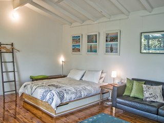 Bundeena stylish garden studio near beaches, Berkeley