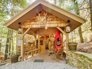 Riverfront cabin w/baby grand piano, dock, private hot tub