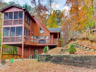 Modern cabin w/ two screened-in balconies & amenities like pools, pond, & more, Ellijay