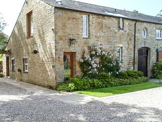 HODGSON'S BARN, semi-detached barn conversion, woodburning stove, pet-friendly, in Fourstones near Bentham, Ref 945856