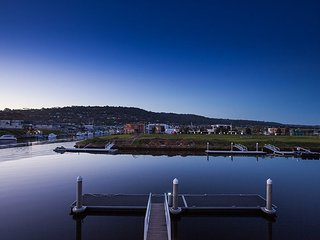 Sovereign Point on the Marina - stunning home with pontoon, Dromana