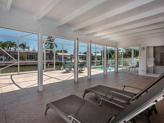 NO SNOW HERE! Pool Home * Walk to the Beach, Fort Myers Beach