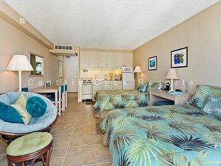 Heart of Waikiki studio with 2 beds, AC, FREE parking and WiFi!  Sleeps 3., Honolulu
