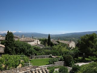 GOULT: 2 bedroom house with great views, 2 min walk from the main square