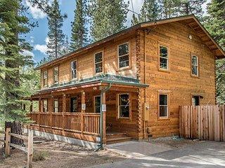 Modern Cedar Log Cabin with Hot Tub, Pool Table & Sauna, South Lake Tahoe