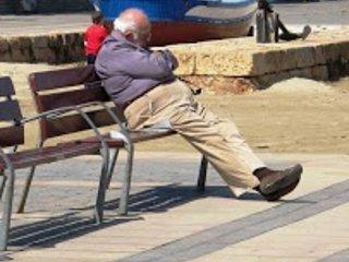 El viejo estaba sentado, visto por Rony