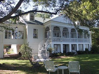 Historic Lakefront Mansion, Snowden House on Horseshoe Lake, 30 mi. from Memphis