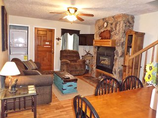 Valley Condos #104 - WiFi, Washer/Dryer, Community Hot Tubs, Playground, Creek, Red River
