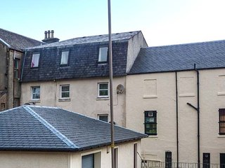 FLAT 3 CALEDONIAN COURT, third floor apartment, WiFi, town centre location, in F