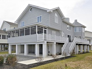 Just under 3 blocks to the beach! Spacious 6 bedroom home with parking!
