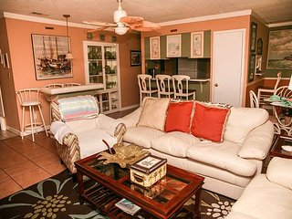Perfect family vacation condo! Soak up the sun or enjoy the fishing lake!, Destin