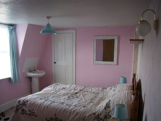Double bedroom, extra single bed also available. We provide all linen. Bedroom overlooks courtyard
