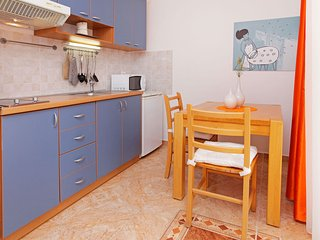 Adria 4-Bright apartm. on east side of Bol perfect for couples or solo travelers