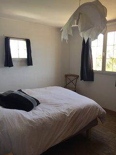 chambre grise avec placard et climatisation