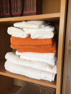 serviettes de bain fournies au couleur de chaque chambre