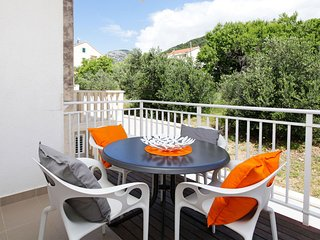 Adria 5-peaceful 2-bedroom apartm. for up to 5 people-close to beach and center, Bol
