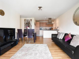 Modern flat in a very sought after London suburb with great transport links