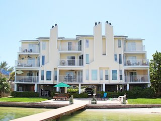 Dexter's Beach Home - 2 flr luxury w/ 2 spacious balconies 150' from beach!, Treasure Island