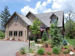 Bear's Retreat- located minutes from Timberline Four Seasons Resort!